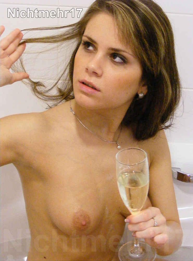 Sofie posiert in der Badewanne